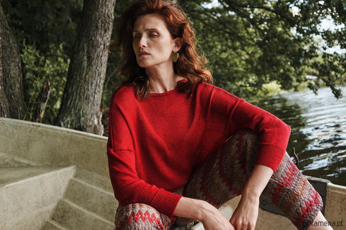 Sweter z dekoltem na plecach, czerwony