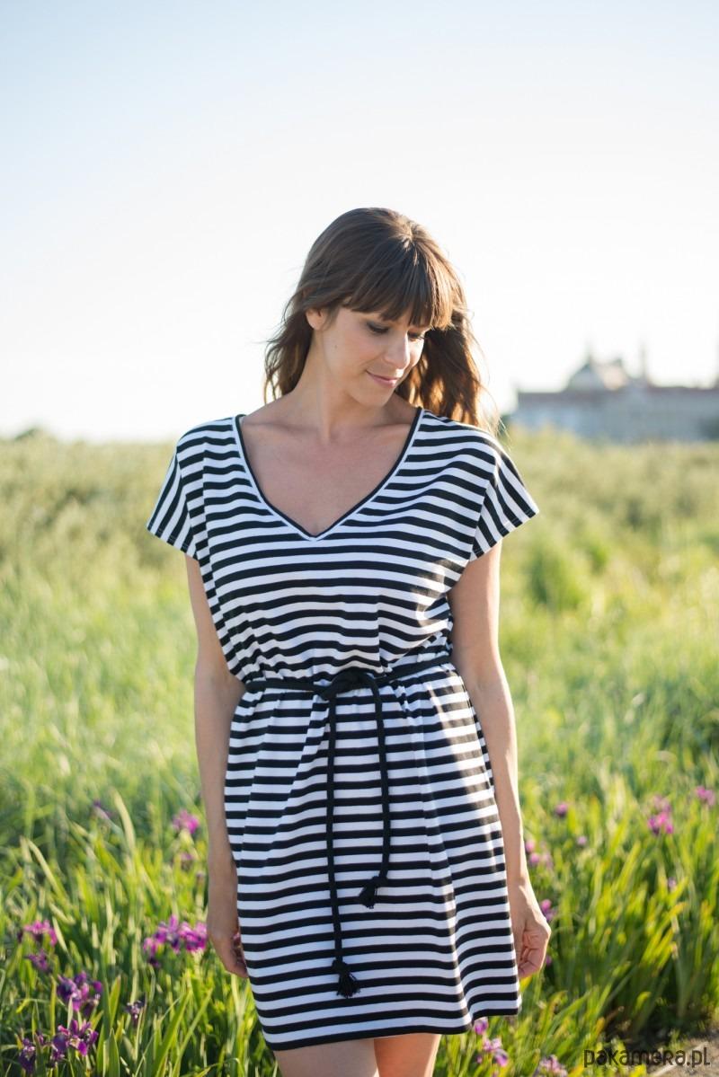 Sukienka t-shirtowa z dekoltem V w paski