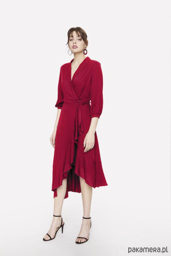 Czerwona sukienka kopertowa z falbaną