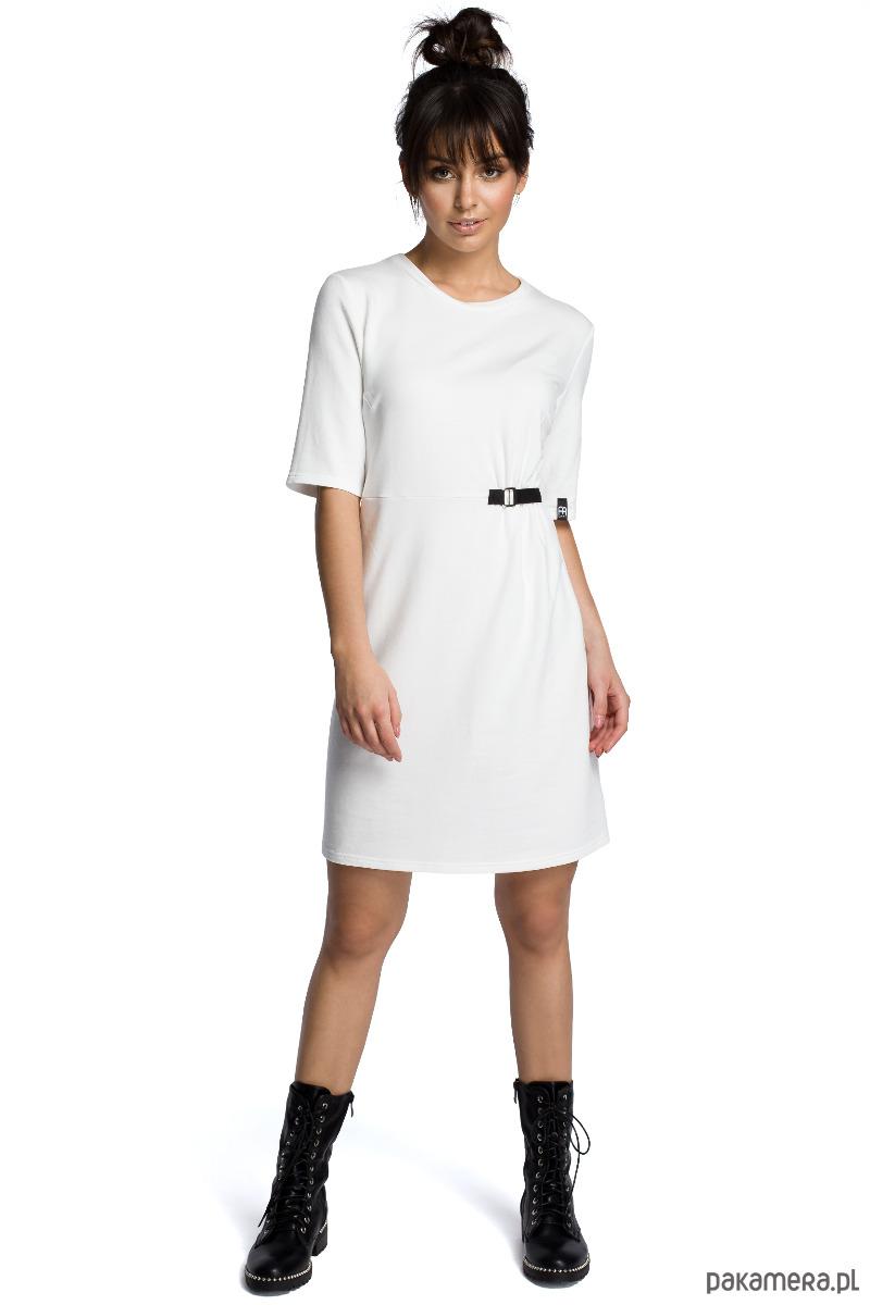 Minimalistyczna sukienka z klamrą