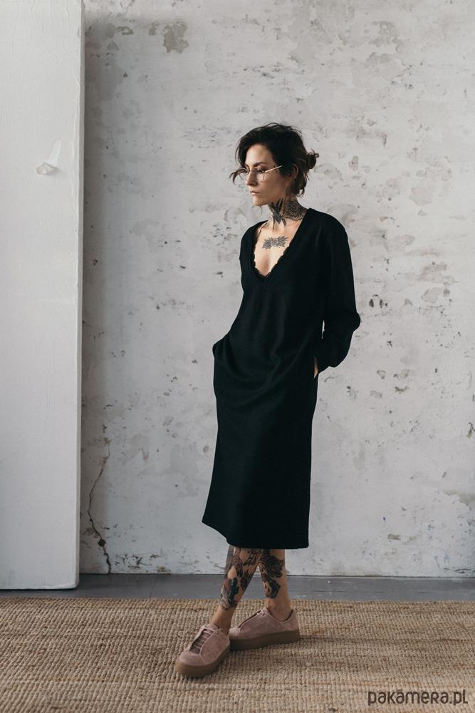 Sukienka wełniana z głębokim dekoltem