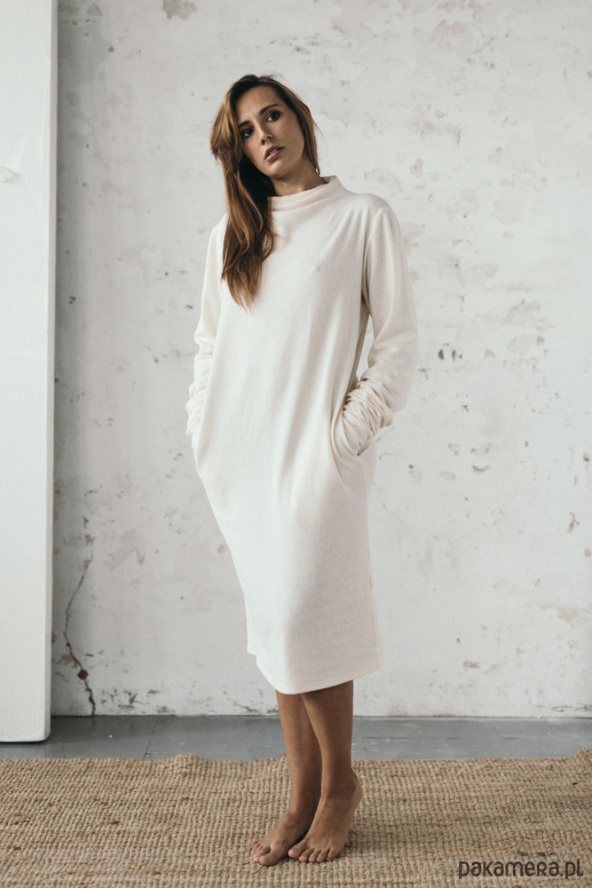 Sukienka z przedłużonymi rękawami ecru