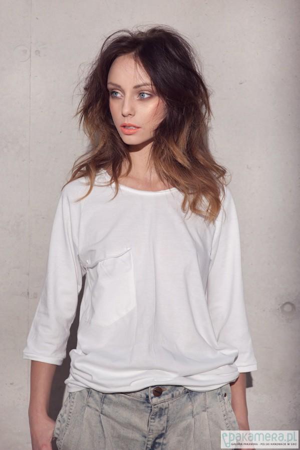 Biały tshirt oversize luźna kieszeń