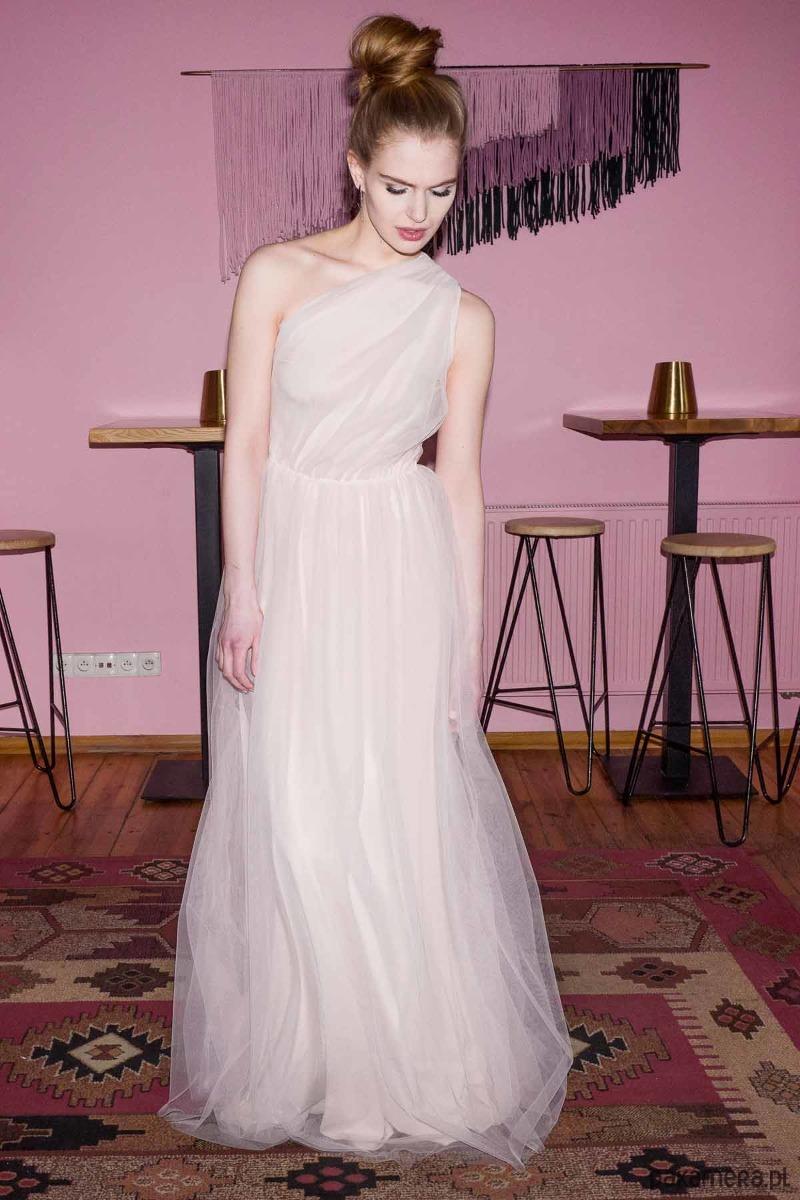 Tiulowa suknia maxi na jedno ramię D114