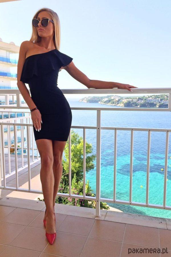 Dopasowana sukienka z falbaną- kolor czarny