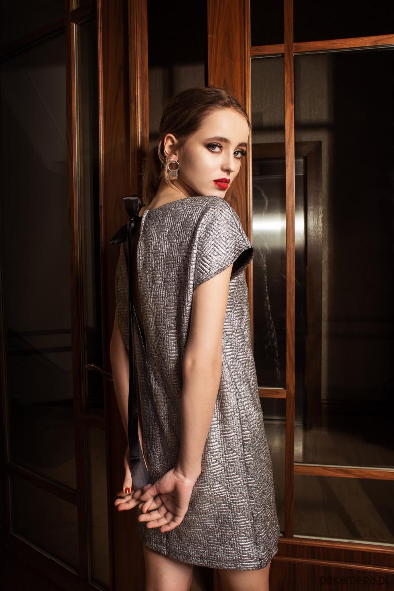 c01142d4f9 Wieczorowa sukienka żakardowa z rozcięciem - sukienki - midi ...