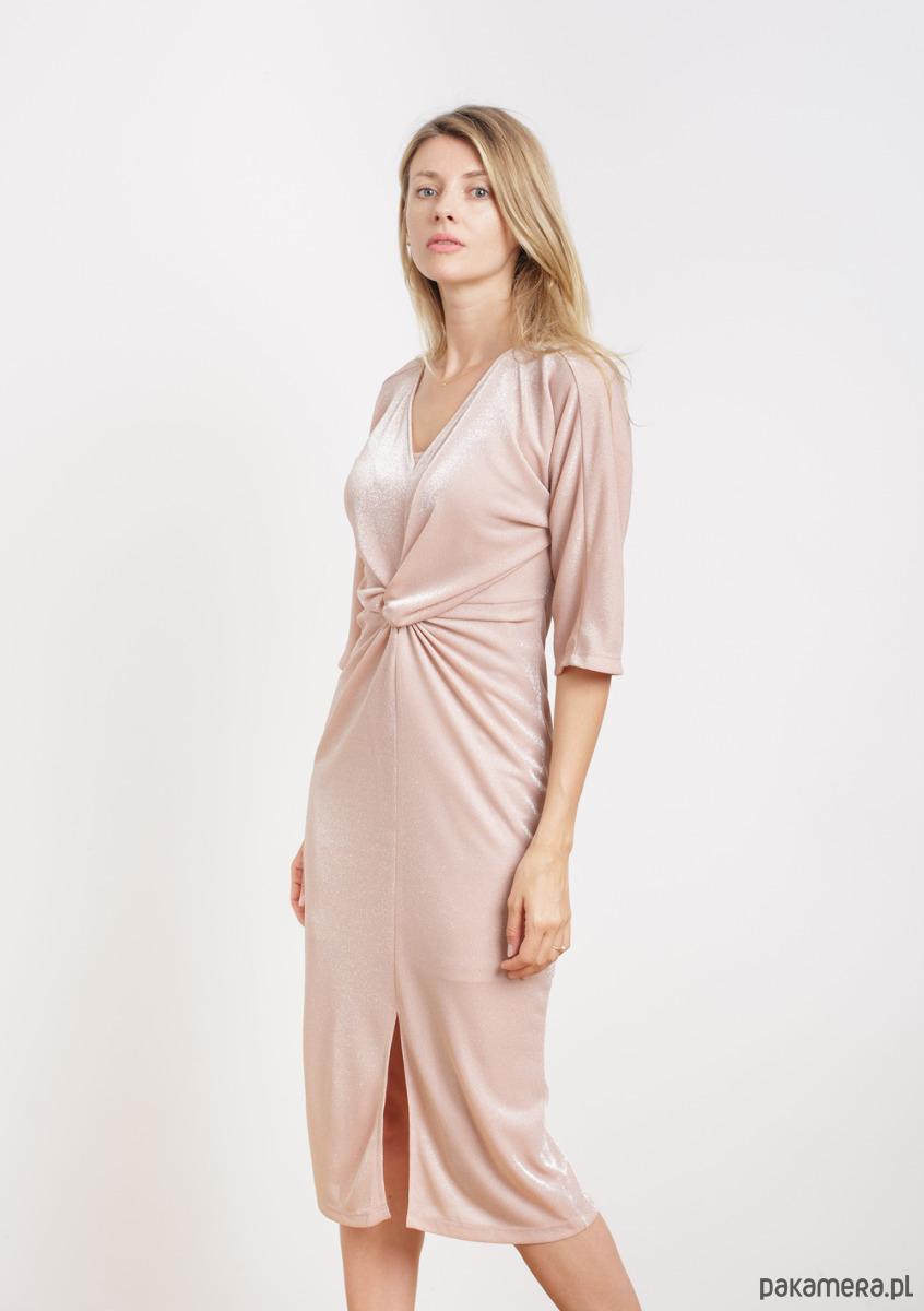 Sukienka w kolorze pudrowy róż z drapowaniem