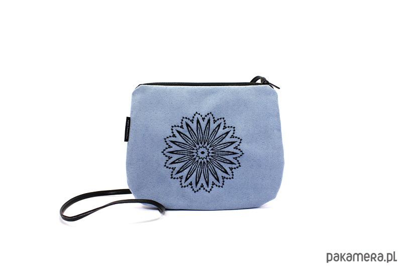 bed94059c3196 Mała niebieska torebka z czarnym haftem - torebki mini - Pakamera.pl