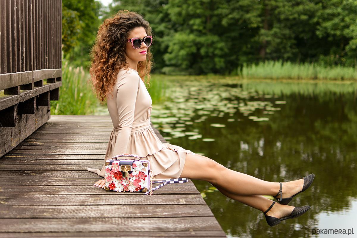 Cristina Botanika - beżowa sukienka z falbanami