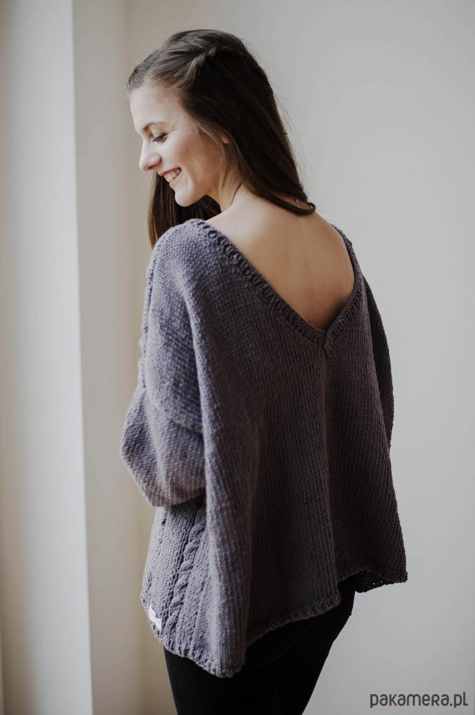Sweterek z dekoltem w serek