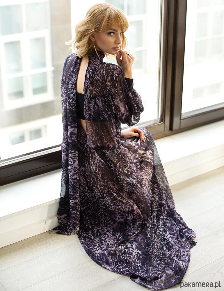 Sukienka z peknięciem na plecach