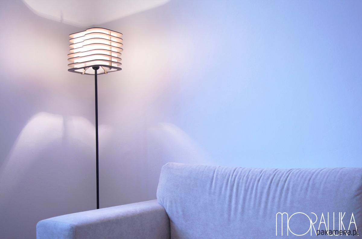 lampy podłogowe wycinane plastikowe