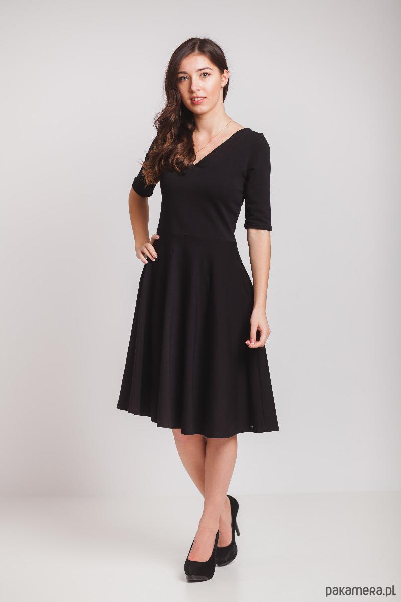 Czarna sukienka z półkoła -dekolt szpic