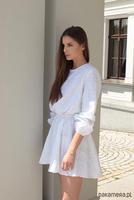 Sukienka z rozcięciem na plecach IVI