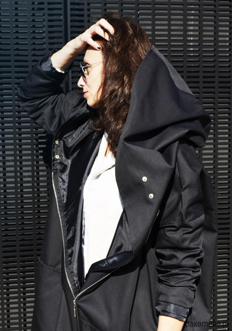 płaszcz z czarnym kapturem
