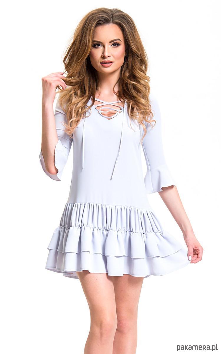 Luźna sukienka zakończona szeroką falbaną