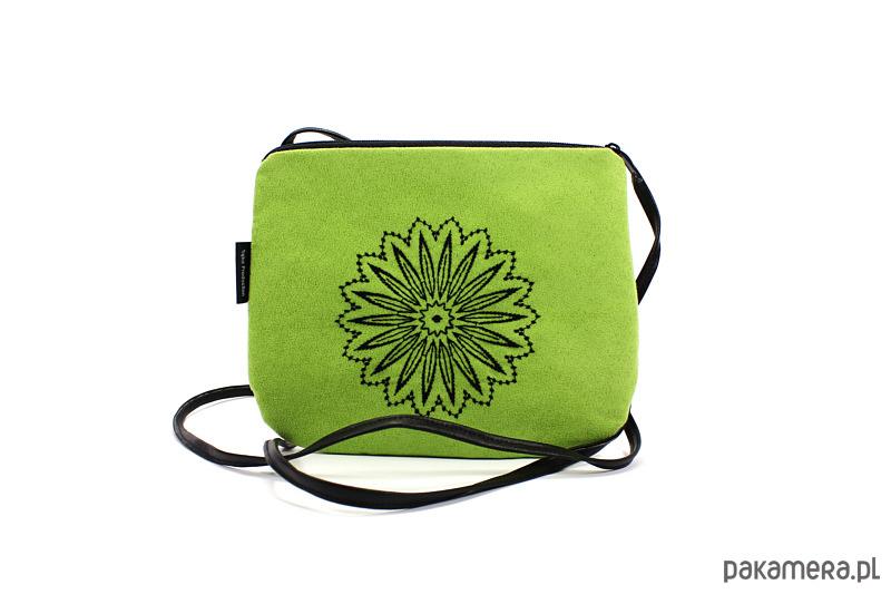 22c78f9480279 Mała zielona torebka z czarnym haftem - torebki mini - Pakamera.pl