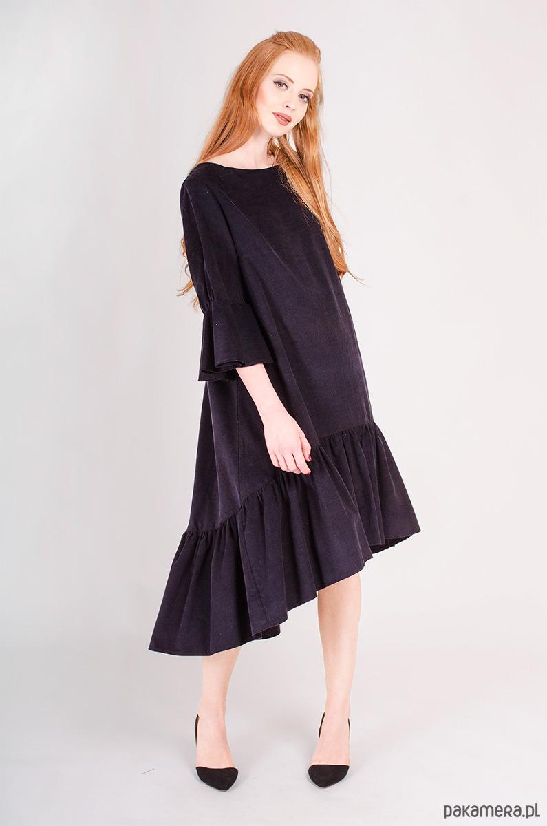 sztruksowa sukienka z falbankami