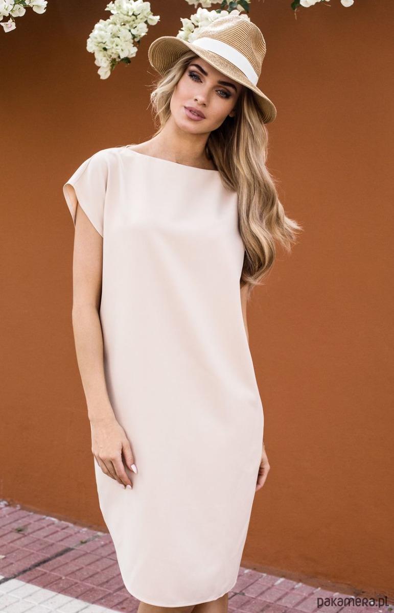 Sukienka o prostym fasonie z rozcięciem na udo
