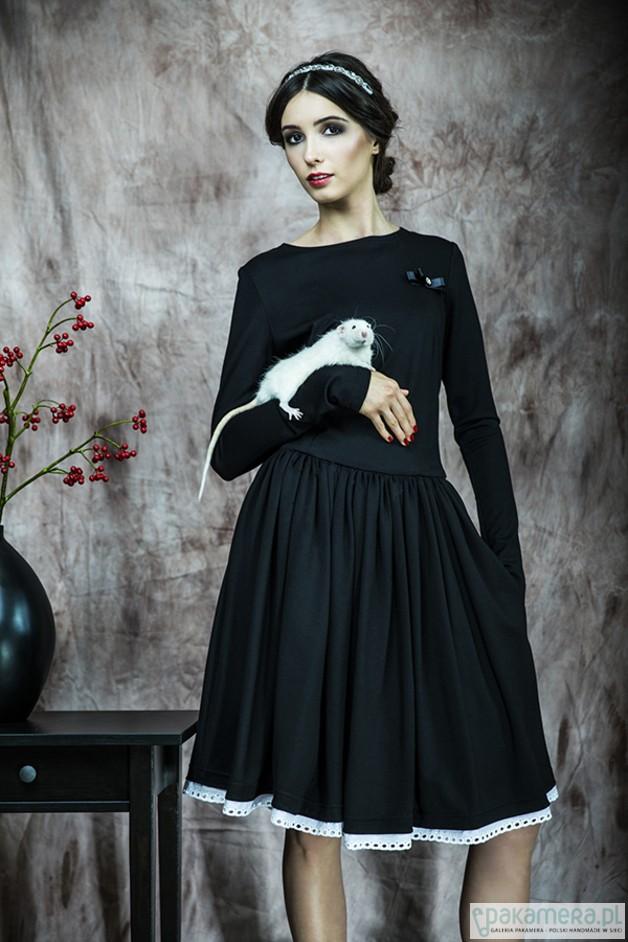 609dfa06e2 Rozkloszowana sukienka z haftowaną koronką - sukienki - różne ...