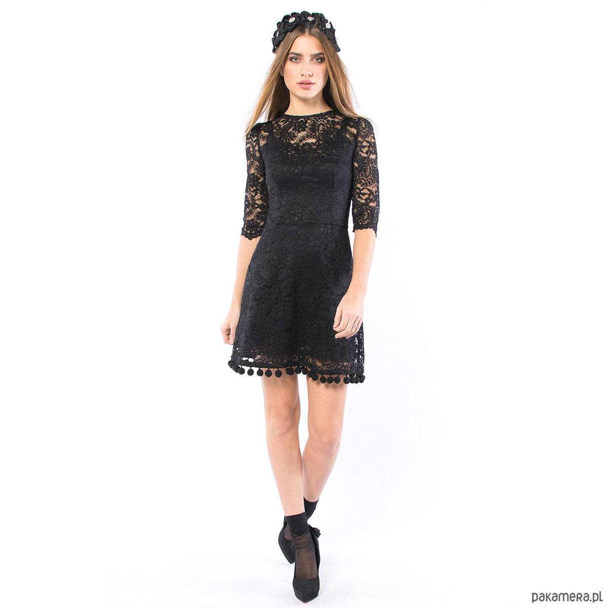 Kot w butach koronkowa sukienka z pomponami