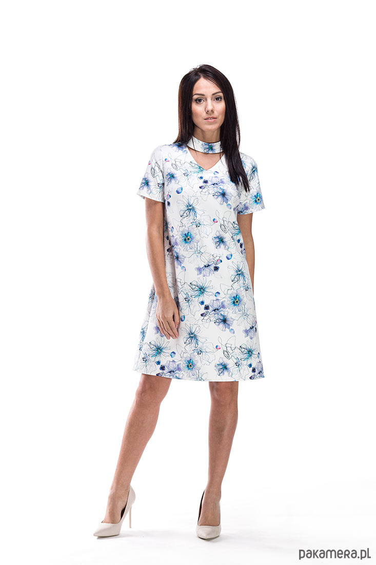 Pastelowa sukienka w kwiaty z chokerem