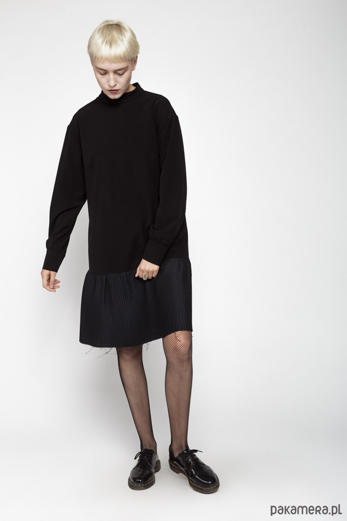 Sukienka z falbaną plisowaną z długim rękawem