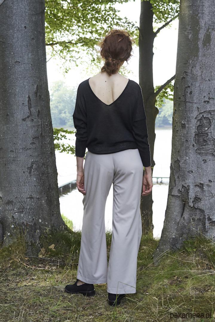 Sweter z dekoltem na plecach, wełna merino