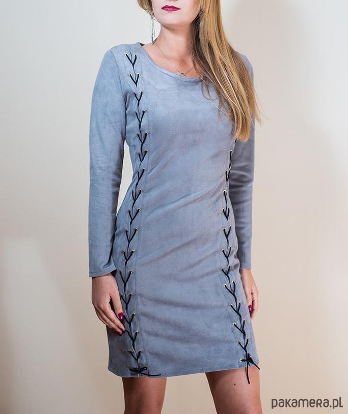 Zamszowa sukienka z rzemykami