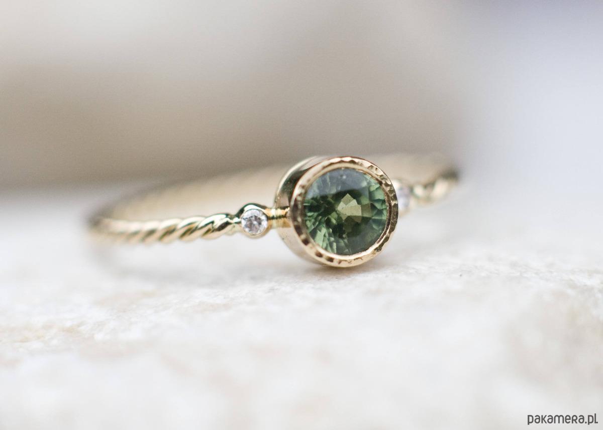c1231fe7bde3fe Biżuteria - pierścionki - złote-Pierścionek z szafirem i diamentami w  złocie 750 ...