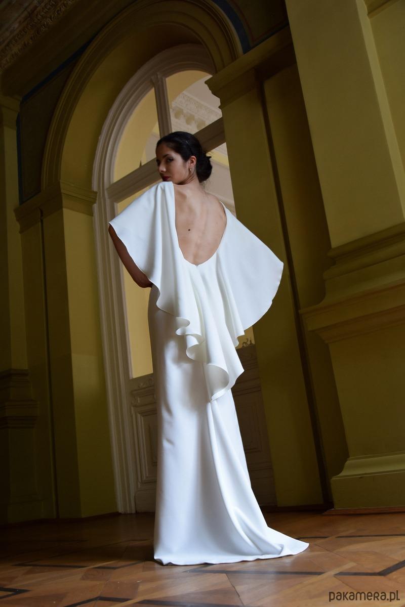 Suknia ślubna z trenem / ecru - ISABELA