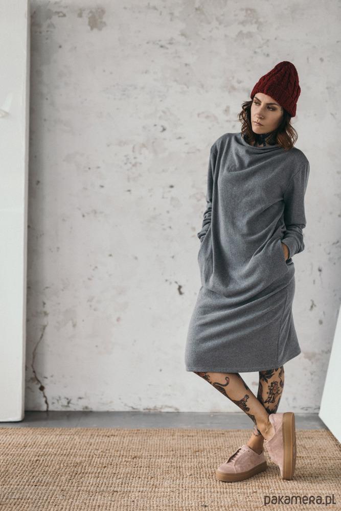 Sukienka z przedłużonymi rękawami szara