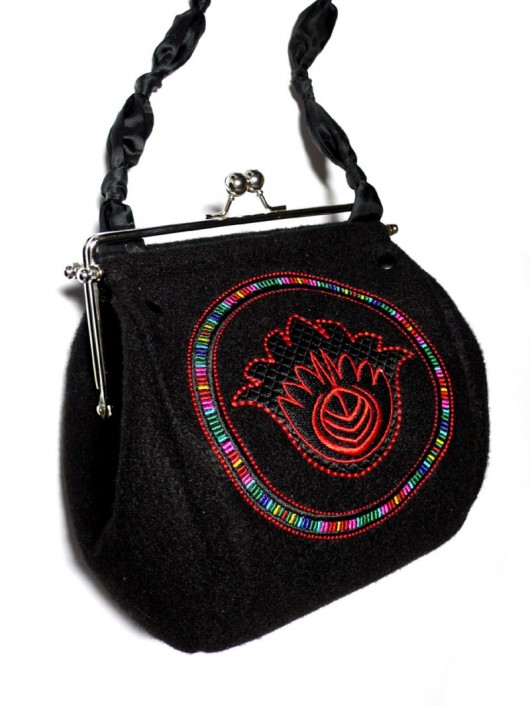 c7fa9f63ca7ae torby na ramię - damskie-Filcowa torebka z haftem i długim paskiem ETNO