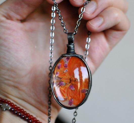 Pomarańczowy kwiat - wisiorek szklany