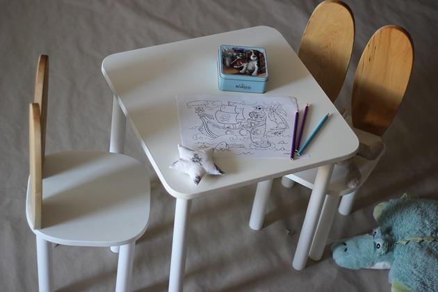 Bialy stolik do krzesełka