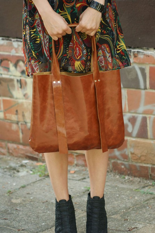 804e8470f0ce6 torby XXL - damskie-Karmelowa skórzana torba XXL na ramię z połyskie