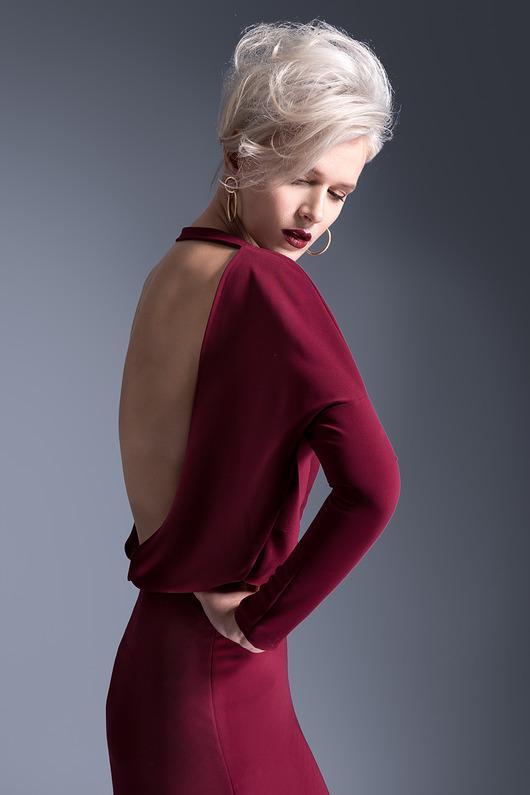 Sukienka z odsłoniętymi plecami bordowa mini