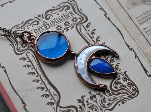 Niebieskie szkło, księżycowy naszyjnik.