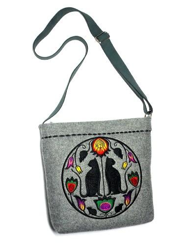 bfe439ae2907b torby na ramię - damskie-Filcowa torebka z haftem i regulowanym paskiem