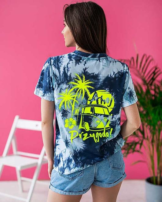 Wakacyjna koszulka damska tie dye Ahoj Przygodo
